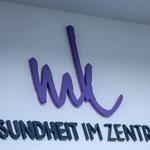 Gefräste Schriften (Acrylglas) für Praxis Gesundheit im Zentrum in Mayrhofen