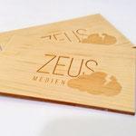 Die Jungs von Zeus-Medien liebens extravagant: Visitenkarten aus Holz mit feiner Lasergravur