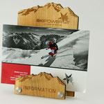 08/15 mögen auch unsere Kunden nicht: Wunderschöner Prospektständer aus Holz mit Logogravur