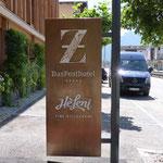 Beleuchteter Pylon in edler Ausführung, Posthotel und Restaurant Heleni, Zell am Ziller