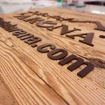Schild aus naturbelassenem Holz mit Schrift aus mattem Acrylglas - Zillertal Arena