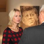 Familienministerin Manuela Schwesig im Gespräch mit Fotograf Daniel Biskup
