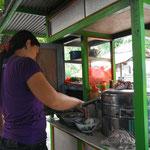 Baksosuppe am Strassenrand für rund 1 $ pro Person