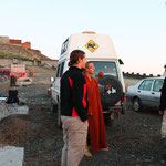 Ein Mönch interessiert sich für unsere Fahrzeuge...