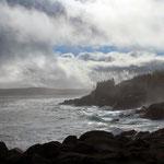 Schroffe Felsen im Kräftemessen mit dem Ozean