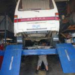 Butch von CVI erlaubt mir an unserem Wagen zu arbeiten evor es los geht...