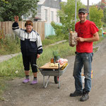 nette Babutschkas verkaufen Kartoffenl a Strassenrand