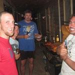 letzter Abend in Kondinin.. vlnr.: Ich, Jens, Bruce (Spediteur aus Kondinin mit eigener Werkstatt) und Roi Lee (Neusseländer der vom Chef zu Freund wurde)
