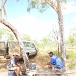 Bushcamp.. Paul aka Bossman (li) und John der Truckfahrer (re)