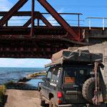 A, beikalsee undter einer Brücke der Transsibiriesch Eisenbahn..