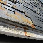 Rostfahnen an Natursteinfassade