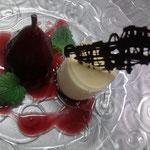 Leichte Gewürztraminercreme mit pochierter Rotweinbirne