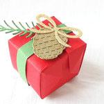 Diese Origami-Verpackung, die ganz ohne Kleber auskommt, ist einfach klasse. Und wie toll die Zapfen aussehen mit Wink of Stella in Gold... Danke, Svenja Glischinski - www. stempeltraum.com