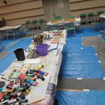 中央に絵具や筆洗い みんなで使います。(準備中)