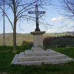 Rochefort - Croix sur la place à l'entrée du village