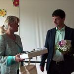 Frau Bachmann bei der Geschenkübergabe