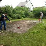 Arben und Patrick beim Einbringen der Samen