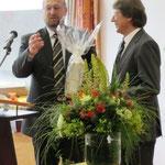 Herr Weber überreicht das Geschenk der Stadt