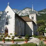 L'enterrement de Dimitri se fait dans la petite église blanche de Veyrier-Le-Lac à côté de chez lui.