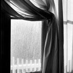 Fenêtre au rideau blanc