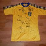 Signiert von der ganzen Mannschaft, u.a. Thomas Ravelli, Robert Ljung, Anders Limpar etc. nach dem Spiel Schweiz - Schweden in Luzern