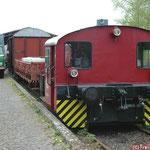 Die Köf ll steht für Fotozwecke mit offenem, geschlossenem- und Kesselwagen am Ladegleis