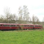 Der Schienenbus fährt vom Haltepunkt Gielde in Richtung Bahnhof Klein Mahner