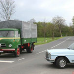 Borgward B 655 und PKW Mercedes am Bahnübergang Werlaburgdorf