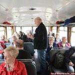 """Der Organisator der Sonderfahrt """"Jürgen Elsholz"""" informiert im Schienenbus"""