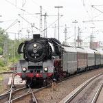 Wenige Minuten nach der Ankunft in Braunschweig fährt 03 1010 mit dem britischen MilitaryTrain 2012 nach Hannover ein
