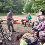 Walti Flück erklärt einzelne der gefundenen Pilze!
