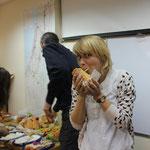 Alena beim Mittagessen