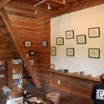木と白漆喰の壁には作品たちが展示されています。2階は制作アトリエです。