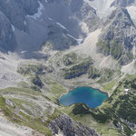 links der Abstieg , in der Mitte der Drachensee, rechts die Coburger Hütte