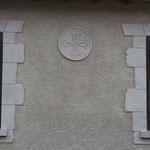 Croix du Languedoc en décoration sur la façade principale