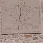 Cadran solaire humoristique en décoration sur pignon en face d'une école