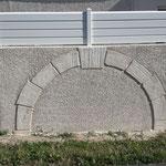 Arche en pierre de taille comblée en crépis finition écrasé