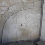 Fontaine murale en décoration pierre avec un concept de soleil et de rayon de lumière