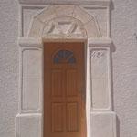 Porte d'entrée sculptée type pierre de taille avec décalages d'épaisseur, jambage, faux bois et décoration hiboux