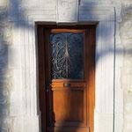 Enduit imitation pierre de taille sur porte d'entrée et initiale de ses propriétaires sur clef de voute