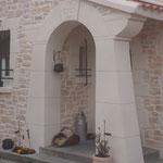 Arche sculpté imitation pierre de taille avec une croix du Languedoc sur sa clef de voute