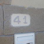 Numéro de rue taillé dans la fausse pierre