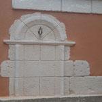 Fontaine murale en décoration pierre adaptée au mur