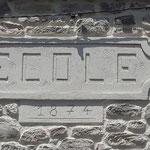 Sur le mur d'une ancienne école transfomée en habitation, j'ai recréé l'enseigne de l'école en rappel à son origine