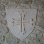 Croix du Languedoc sur blason de type pierre de taille sculptés