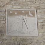 Cadran solaire en enduit sculpté et teinté avec de l'ombre naturelle pour le coté nuit