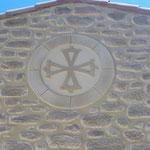 Oeil de bœuf en trompe l'œil comblé avec une décoration croix du Languedoc