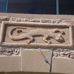 Salamandre sur tableau en ornement de façade