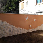 Hirondelles en décoration sur clôture de jardin