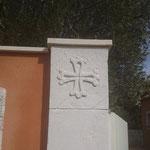 Croix occitane sur les  piliers d'entrée